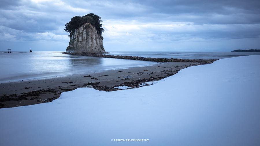石川県の絶景 見附島の雪景色と朝日